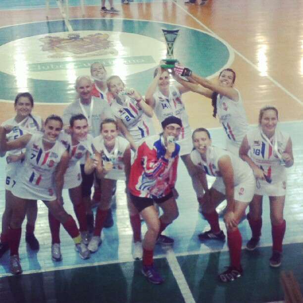 Meninas comemoram o tricampeonato em 2012