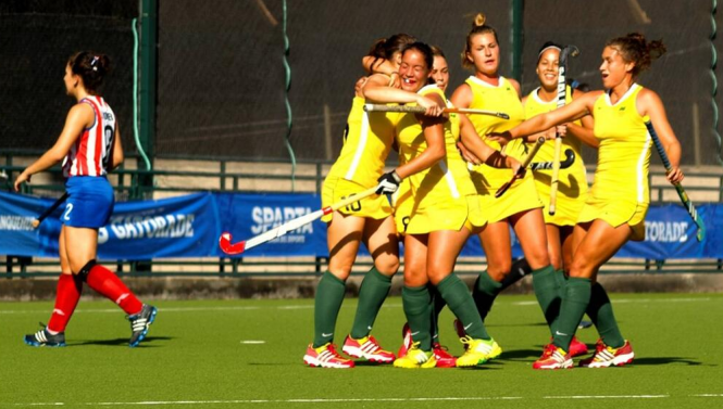 Meninas comemoram gol na vitória sobre as paraguaias