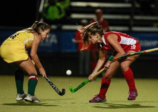 A zagueira Thayse em disputa de bola com uma chilena