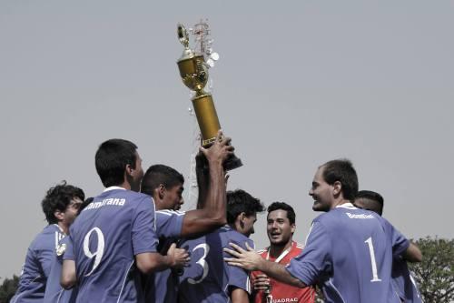 Jogadores do Carioca levantam o troféu de campeão. Foto: Diego Ramirez