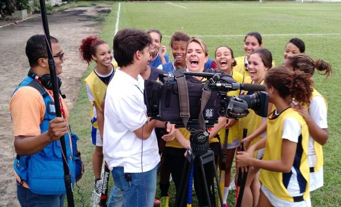 Repórter Flavia Januzzi se diverte com as meninas do projeto