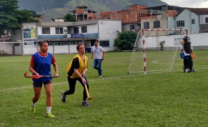 A repórter Flavia Januzzi suou o colete no jogo com as meninas do Castelo Waves