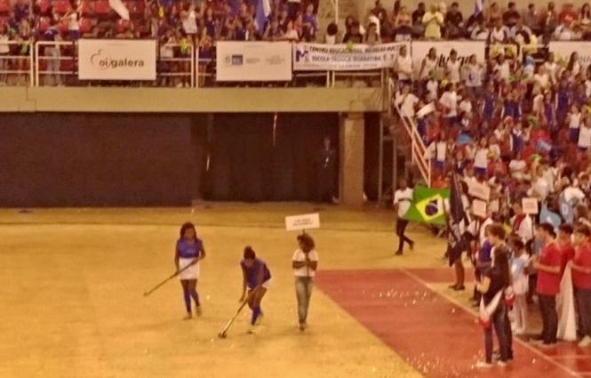 Jogadoras batem uma bolinha na abertura do 33º Intercolegial