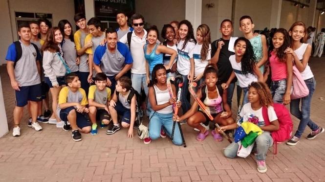 O técnico Eduardo Righi com os alunos que foram à abertura do Intercolegial